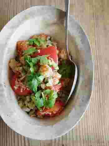 トマトとキヌアをメインとしたサラダのレシピ。エビを加えてナンプラーで味付け、仕上げにパクチーを散らせば、夏に食べたいエスニックな味わいに。