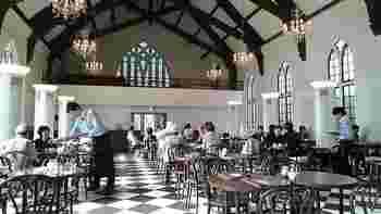 旧ユニオンチャーチを本店にしたフロインドリーブ。1Fが店舗で2Fがカフェになっている素敵なお店です。この教会は、オーナー夫妻は結婚式を挙げた教会で、壊される危機にあると聞いたオーナー夫妻が買い取り、本店となりました。