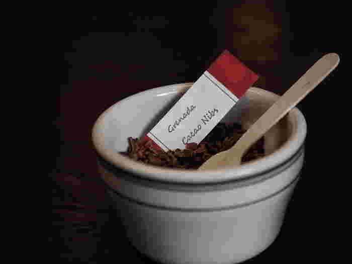 「カカオニブ」は、カカオ豆をチップ状に粉砕して作る、栄養素を豊富に含んだスーパーフード。砂糖などを加えなくても、カカオの風味がお口いっぱいに広がるリッチな一粒です。
