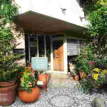 立川の甲州街道沿いに、隠れ家のように佇むカフェレストラン「ガーデン&クラフツ カフェ(Garden&Crafts Cafe)」。 店名の通り、植物に囲まれたマイナスイオンがたっぷり降り注いでいる素敵な空間は、まさに素敵なお庭の中に足を踏み入れるような感覚です。
