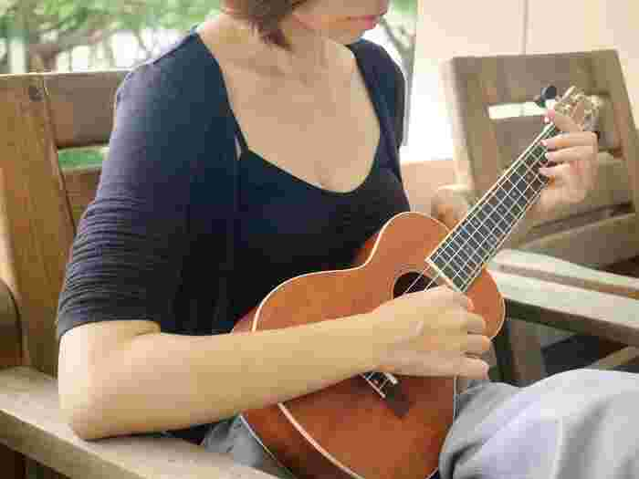 憧れの楽器に挑戦してみませんか?レッスンに通う時間がなくても、ネットの動画やDVDで見よう見まねで技術を身につけることができます。楽器演奏もまた、日々の練習の積み重ねがものを言います。まずは1曲弾けるように1日10分練習してみましょう。