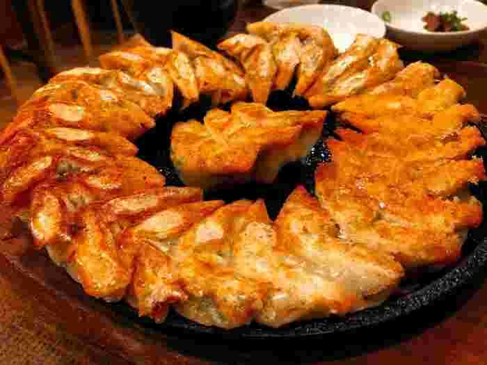 注文が入ってから包んで焼きあげる餃子は、外側がパリパリで中はジューシー。おすすめのシソ餃子は、ふわりと広がる香りが格別です。ひと口サイズなので、女性でもパクパク食べられますよ。
