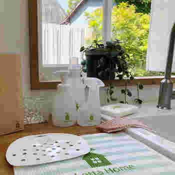 やわらかいプラスチック素材で、サッと洗えて使えます。フックにかけて、いつでも必要な時に取り出せるようにしておくと良いですね。