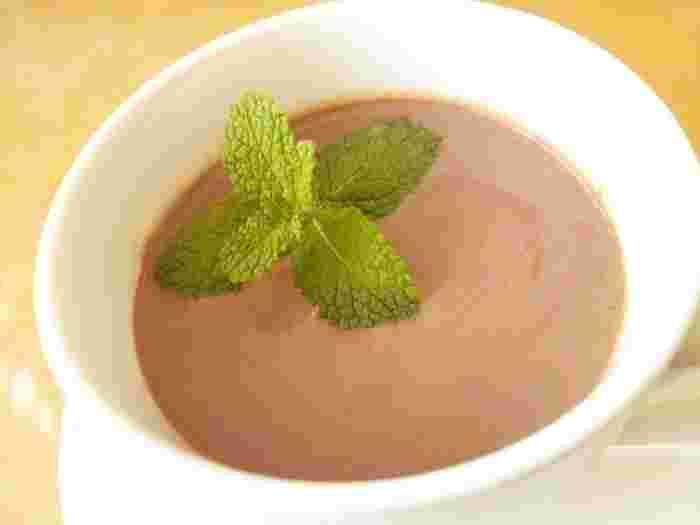 ココアの発祥地・オランダらしいホットドリンク。  ココアにミントを加えると爽やかさもプラスされますね。  少しお砂糖をプラスすると、爽やかさもグッとアップ!  ミントは清涼感があるハーブですが、実は体の内側を温めてくれる作用もあるんですよ♪
