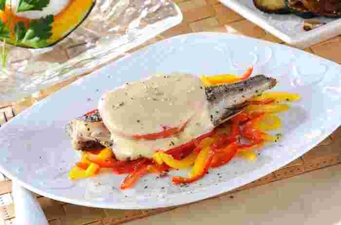 白味魚の中でも今が旬のイサキは味も濃厚でチーズとトマトにも負けない美味しさ。三つの美味しさが相まってとっても美味しいですよ。おもてなしにも喜ばれそうなレシピです。