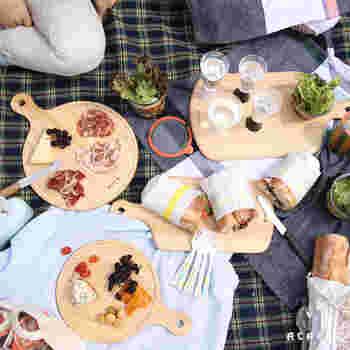キャンプでは、おつまみのチーズや生ハム、焼いたお肉を乗せたり、トレーや簡易テーブル代わりなど、一枚あると何かと重宝します。