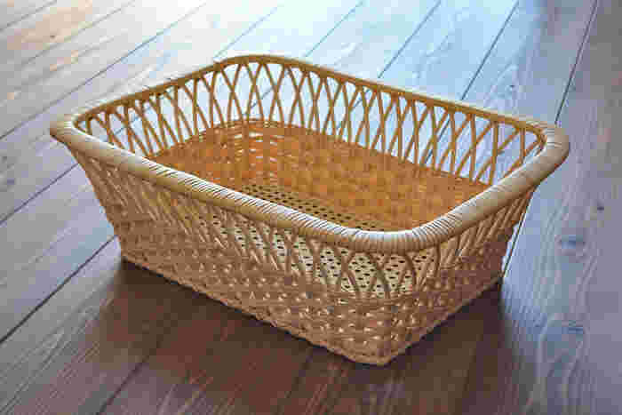 現在、日本の技術で作られる籐工芸品はわずかとなってしまいましたが、ツルヤ商店は国産にこだわり続け、素材選びから仕上げまで、熟練の職人が行っています。曲げ・編み・巻きなど、山形に伝わる昔ながらのつる細工技術を取り入れながら丹念に作られたバスケットは、塗装を施していないため、天然素材ならではの経年変化も楽しめます。