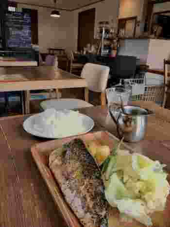 ランチで人気の「鯖のグリル」。大ぶりの鯖の半身をオーブンで焼き、皮はパリッと身はジューシー。別添えのマスタードソースをかけると、和定食が絶品フレンチに。付け合わせの、ポテトやキャベツもたっぷりです。