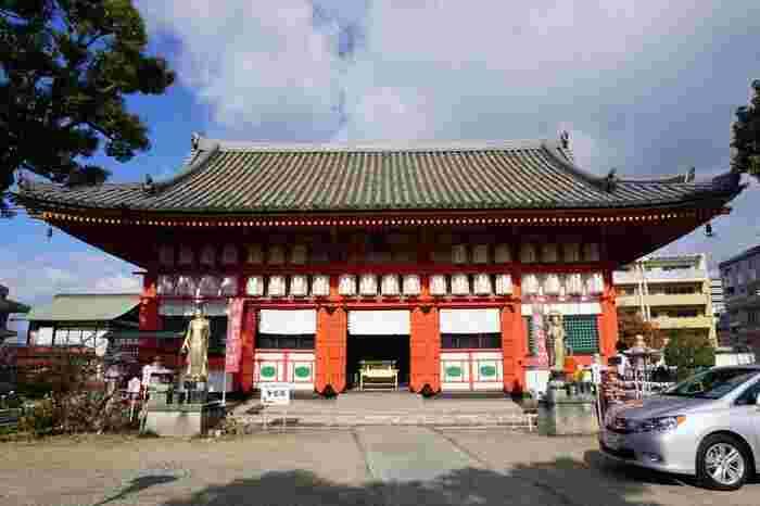 境内の中央にある朱塗りの金堂は、もともとは593年に聖徳太子によって創建されたものです。残念ながら焼失してしまったため、現在の建物は江戸時代に再建されたものですが、江戸時代に様式を今に伝える歴史的建造物として大阪府の指定文化財に選定されています。