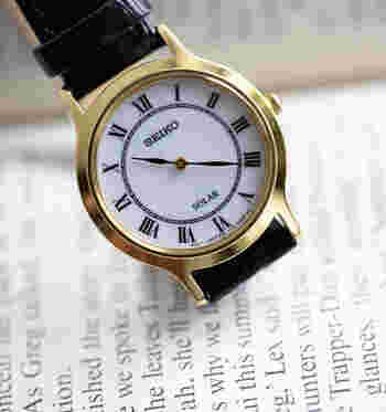 ゴールドで縁取られたフェイスとクラシカルな文字盤で、精悍さを漂わせる腕時計。さりげなく存在感を発揮し、手元を大人っぽく上品に彩ります。