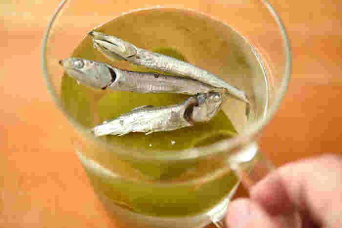 お味噌汁、煮物におすすめの水出汁は、昆布10g、煮干し10gを水1リットルに入れます。一晩置くだけで、美味しい水出汁が出来上がりますよ♪  美味しい水出汁ができあがったら、出汁のうまみをたっぷり味わえる料理を作ってみましょう。