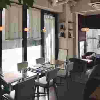 店内は、木のテーブルや白い椅子が置かれ、開放感のある雰囲気。グループでもひとりでも入りやすいと女性を中心に人気です。