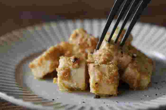 普段使いのお味噌に、少しみりんを混ぜて甘味を加え、さらにクリームチーズを漬け込んだ一品。ワインはもちろん、日本酒や焼酎にもぴったりマッチングする万能おつまみレシピです。