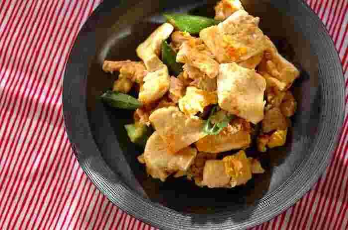 ゴーヤ独特の苦味で好みが分かれるレシピですが、オクラに置き換えることでそれも解消できちゃいます。味もサッパリとしているので、暑い夏でもパクパク食べられそうです。
