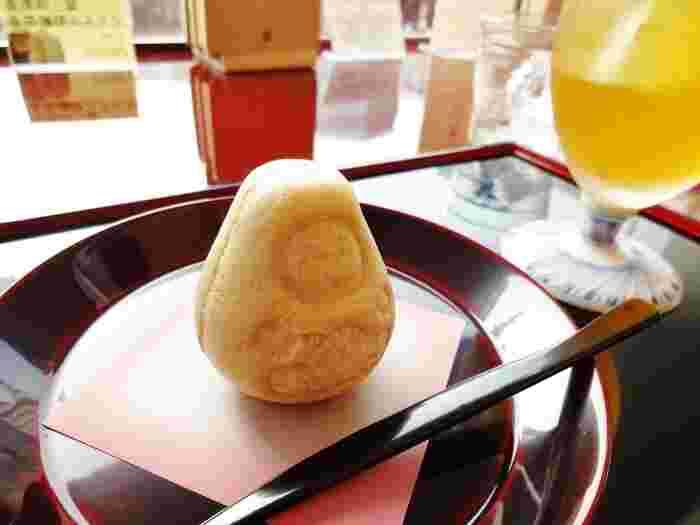 2Fのカフェスペースでは、加賀棒茶や金箔入りの珈琲、加賀ならではの和菓子が、加賀伝統工芸の輪島塗や九谷焼等の器でゆったりと頂けます。 【画像は、加賀棒茶(アイス)とダルマ最中。】