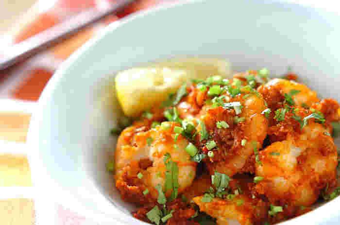 豆板醤やニンニク、たまねぎなどを使った辛味ダレが美味しさのポイント。コクのある辛味ダレがエビによく絡まって絶品です。さらに野菜をプラスしても◎