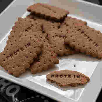 こちらはプロテインにココアを混ぜたココア味のプロテインクッキーです。アーモンドプードルを使ったプレーン味のものよりもザクザクとした食感が際立つクッキーに仕上がっています。  ココア味とプレーン味、半量ずつ作って味の違いを試してみるのも面白いですね。