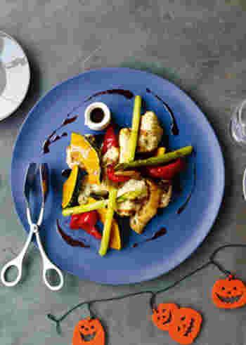 白身魚の鱈はフリットにすると淡白というより旨味の塊のような味わいになります。グリルした旬野菜と共にバルサミコとお醤油などを煮詰めたブラックソースが、ぴったりと合いますよ。  食材に直接かけずにお皿に円を描くようにソースをかけてみると、レストランの一皿のようにみせることができます。