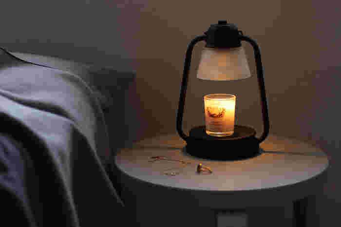 《 Klinta (クリンタ) /Massage Candle(マッサージキャンドル) 》 揺れる炎とふんわり広がる香りで心身を癒してくれるアロマキャンドル。中でもKlintaのマッサージキャンドルはオーガニックのソイワックスなどを使用しているため、溶けたロウがマッサージオイルになり、スキンケアまでできてしまうという優れものです。穏やかで淡い香りは、就寝前のリラックスタイムにもぴったり。フレッシュな香りやスパイシーな香り、シャボンの香りなど、6種類のラインナップから選べます。
