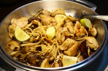 無水鍋の蓋を使っての炒め物。シンプルなデザインはこのままテーブルに出せるほどですね。レモンがより美味しさを引き出してくれそうです。