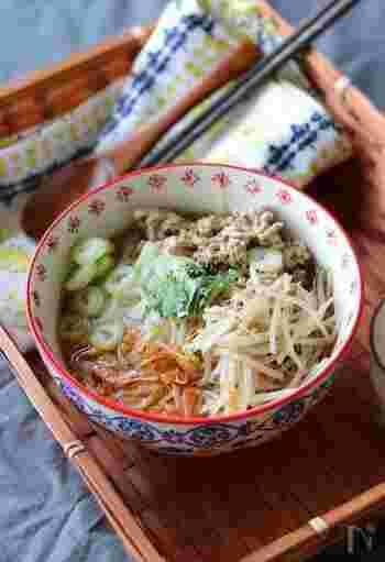 お米の麺フォーを使った、出店風のタイラーメン。桜エビや豚ひき肉からいい出汁が出ます。シャキシャキのもやしもいいアクセントになります。お好みでパクチーを加えてみてください。