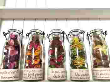 小さなガラスボトルにポプリを入れて、ずらっと並べると可愛いですね。それぞれポプリの色を変えて、いろんな種類を楽しみましょう。