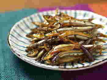 丸ごと食べられる栄養満点青魚のきびなごは、醤油とショウガで甘辛く煮付けるとご飯がぐいぐい進む絶品おかずになります。お酒の肴にもぴったりです。
