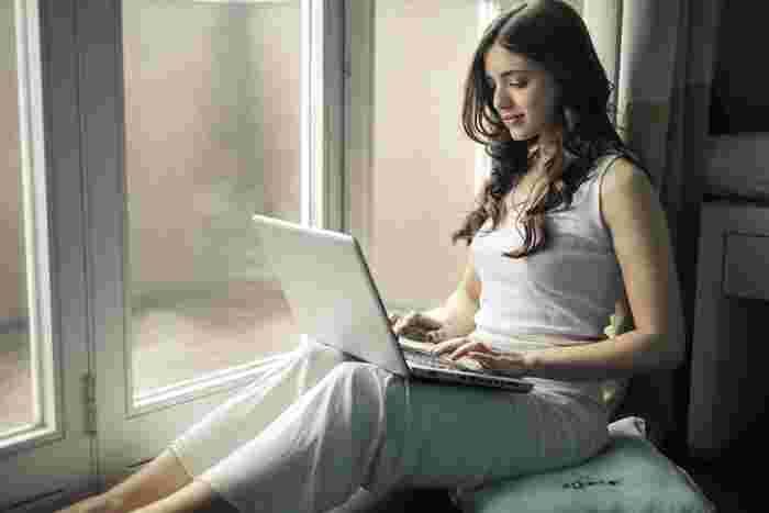 現代人の生活は、パソコンやスマホなどで目を酷使するのがもはや当たり前。同じ姿勢を長時間続けていると、肩こりにも悩まされますよね。そんな時も、リンパマッサージで優しくほぐしてみましょう。