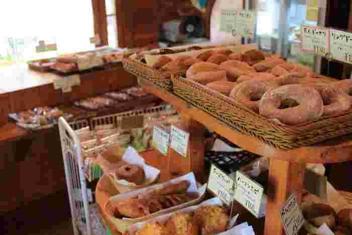 自家製の天然酵母を使って焼き上げたこだわりのパンは、外はカリッと、中はふんわり。そして小麦の香ばしい香りがたまりません。種類も豊富で、つい買いすぎてしまいそうになりますよ。