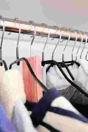 さらにハンガーの把手部分に、ぶら下げるタイプの除湿剤を追加して、衣類に近い部分で除湿力をアップ。物によってはウッド素材で防カビ、防虫の効果があるものもあります。薬品の臭いが苦手な人も、これなら自然な香りで洋服を守ることができます。