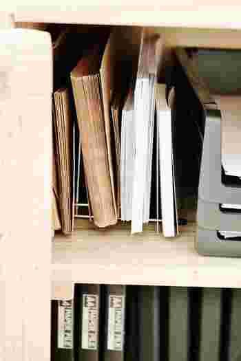 封筒の収納には100均の「ディッシュスタンド」が便利!ディッシュスタンドに立てかけて収納すると、使いたいときにサッと取り出せます◎