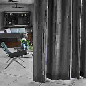 """落ち着いた大人の雰囲気が漂うグレー。明るすぎず暗すぎず、実は合わせやすいカラーでもあります。上手な脇役になってくれるので、家具の色味が明るい場合などの引き締めカラーとしても使えます。シックなテイストや、モダンテイストのリビングにぴったりです。  ≪風水≫ グレーは、情緒を安定させたりリラックスさせる色であり、""""仕事運""""に効果的とされています。どんな仕事の場でも緊張せず堅実な判断に導いてくれそうです。"""