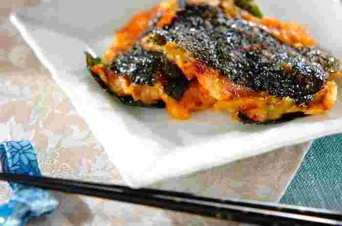 ツナ・キムチ・チーズを韓国のりにはさんで焼く、ビールにぴったりのおつまみ。ごま油が香ばしく、発酵食品のうまみが引き立つ絶妙なおいしさです。