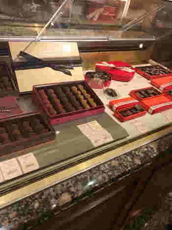 ショーケースに並ぶシンプルなチョコレート。バレンタインシーズンは、ハートのパッケージなども並ぶので、大切な方へのギフトにも喜ばれそう。