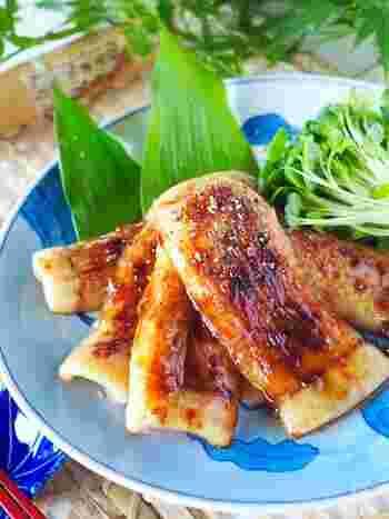 こちらもご飯が進むおかずレシピ。フライパンで串焼きにすることで、うなぎのように平たくかば焼きにします。ご飯にのせても◎