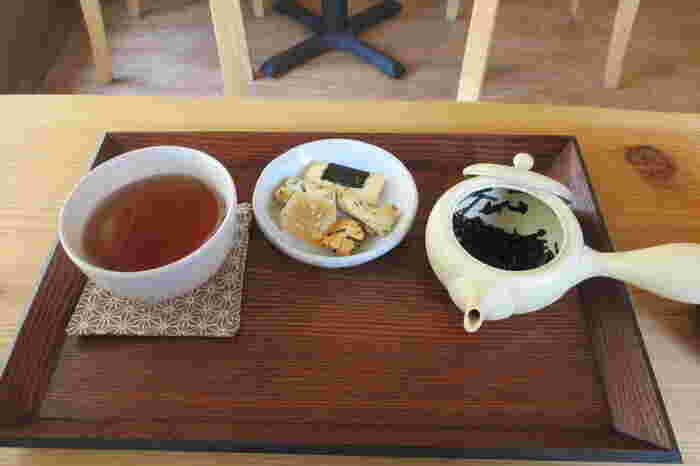 お抹茶とともに人気の深煎り焙じ茶がこちら。香り豊かでお茶の味を存分に楽しめます。おせんべいなどの一口お菓子も付いてくる、満足度の高いセットです。他にもお茶の種類がたくさんあるので、何度も訪れて色んなお茶を味わいたいですね。