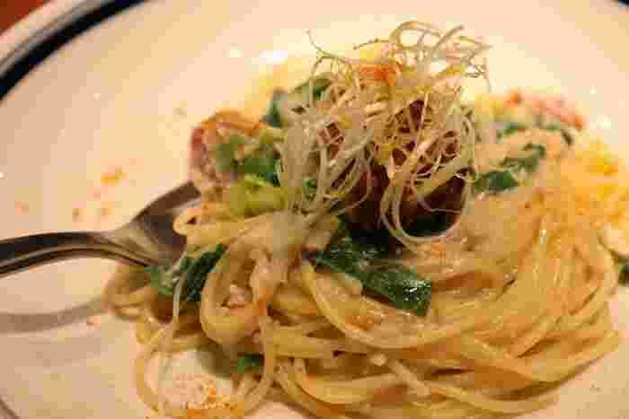 クリーミーな美味しさの鱈と白子の長ネギのパスタ。旬の食材を使った料理にも定評があります。
