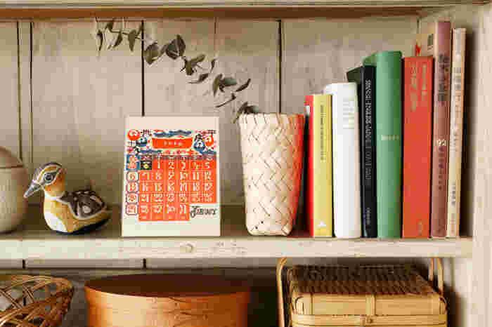 個性的でインテリアの主役になりそうなのが、こちらのカレンダーです。ハッと目を引く鮮やかな色使いと、独特の民藝調のデザインが他とは違います。