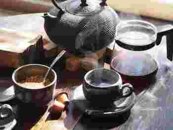 南部鉄器の代表的なアイテムである鉄瓶は、鉄の効果でカルキが抜けて、お湯をまろやかなおいしさに。また、鉄の保温力で温かいお茶が長く楽しめます。