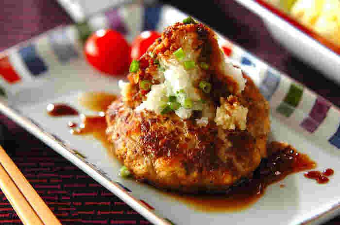 豆腐でカサ増ししているので食べごたえは十分!さっぱり大根おろしをかけて召し上がれ~♪鶏ひき肉を使えばよりヘルシーに◎