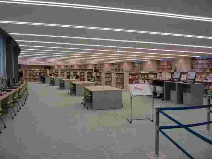 子ども図書館といっても、大人の知識欲も満たしてくれます。たとえば、アーチ棟にある資料室では児童書や関連資料、現在使用されている日本の教科書などを見ることができます。他にも、明治以降の日本の児童文学史、絵本史を手にとって見られる「児童書ギャラリー」や、世界の国や地域の地理、歴史、文化を紹介する本と外国語の本が約1800冊ある「世界を知るへや」など、本好きの方なら1日いられる充実さ。