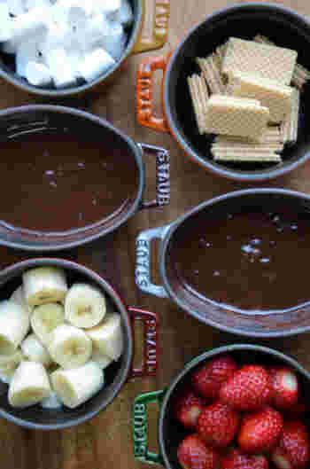 ノーマルと、爽やかなペパーミント入りの二種のチョコフォンデュ。フルーツやマシュマロ、ウェハースなどお好きな具材を用意して、みんなでわいわいといただきたいですね。