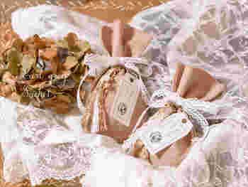 布を縫い合わせて、ポプリを入れて、サシェを作ってみましょう。布製の袋にポプリを詰めても◎。可愛い布を使ってもいいですし、スタンプをおしても可愛いですね。たくさん作って友達に配るのがおすすめです。