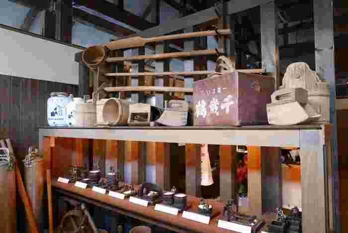 すすきのの南東側に佇む「千歳鶴 酒ミュージアム」。札幌を流れる豊平川の伏流水で仕込んだ日本酒「千歳鶴」は札幌を代表する地酒です。酒造りの歴史に関する資料や展示のほか、試飲カウンターやカフェスペースも。「酒粕ソフトクリーム」や、札幌の水のまろやかなおいしさを直に味わえる、仕込み水の試飲が人気です。
