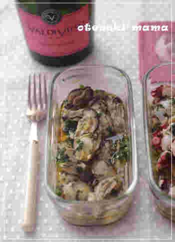 牡蠣を大葉やしょうがなどとともに、ごま油としょうゆに漬け込んだ簡単料理。前菜・おつまみ・おかず、どんなシーンにも合う風味豊かな一品です。