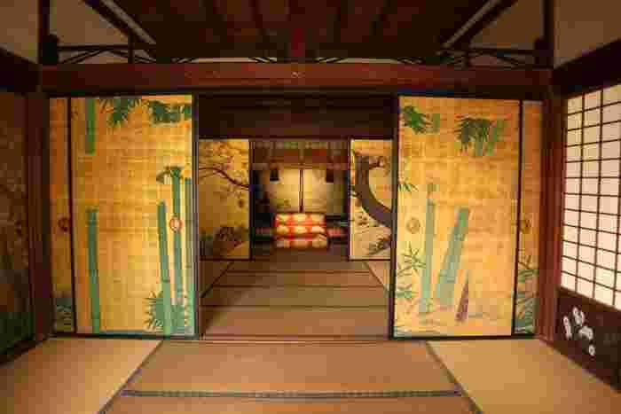 正寝殿「御冠の間」は、南北朝に後宇多法皇が院政を執った部屋。執務の際に御冠を傍らに置いたことが、部屋の名の由来。