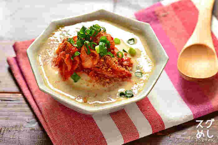 豆腐と豆乳とキムチで作れる見た目も暖かそうな豆腐とキムチの豆乳スープは、寒い季節にピッタリ。スープだけでも美味しくいただけますが、ご飯のおかずにも合いそう。