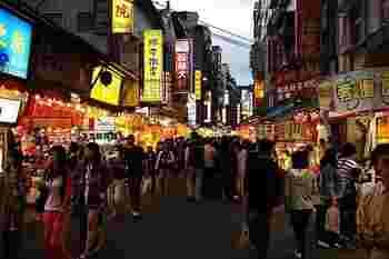 九份同様に、「淡水老街」と呼ばれる屋台や雑貨屋さんが並ぶストリートがあります。  夕方まで、こちらで食べ歩きやショッピングを楽しむのも良いですね。