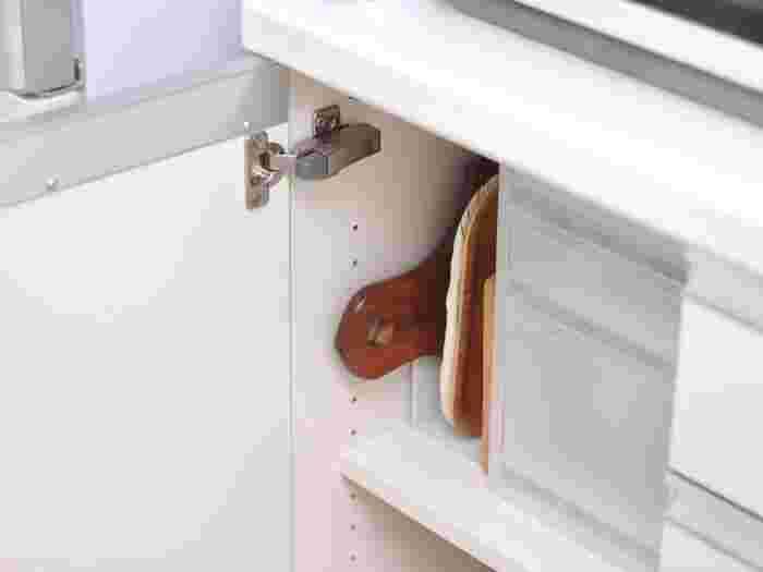 お料理とは別に、パンやフルーツなどをちょこっと切りたい時に便利なカッティングボード類は、キッチンボードの棚にスタンバイ。こんな風に立てて収納すれば場所も取りませんね!
