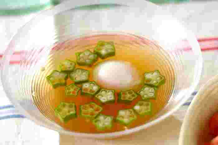 こちらのサッパリとしたオクラのすまし汁も、暑い日にぴったり!温泉卵を加えれば満足感のある一品になります。オクラの食感を残すように煮るのがポイントです。